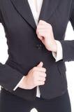 Closeupen med händer för affärskvinnan som justerar dräkten, klår upp Arkivfoton
