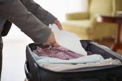 Closeupen på affärskvinna packar upp bagage i hotell Fotografering för Bildbyråer