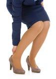 Closeupen på att erfara för kvinna smärtar från skor royaltyfria bilder