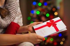 Closeupen på julvykort i kvinna räcker Royaltyfri Bild