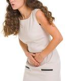 Closeupen på kvinnan som har magen, smärtar Royaltyfri Fotografi