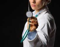 Closeupen på läkarundersökning manipulerar kvinnan som använder stetoskopet Arkivbild