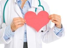 Closeupen på läkarundersökning manipulerar pappers- hjärta för innehav Arkivbilder
