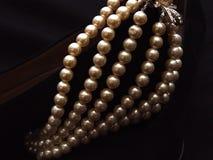 closeupen pryder med pärlor suede Arkivfoton