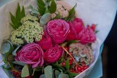Closeupen sköt av röd bukett av rosor, gerberas, pioner, granatäpplen Förälskelse- och passionsymbol Årsdag eller födelsedaggåva  Royaltyfria Foton