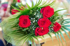 Closeupen sköt av röd bukett av rosor, gerberas, pioner, granatäpplen Förälskelse- och passionsymbol Årsdag eller födelsedaggåva  Arkivfoto
