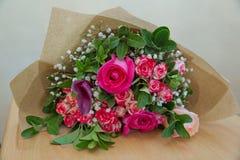 Closeupen sköt av röd bukett av rosor, pioner, granatäpplen Förälskelse- och passionsymbol Årsdag eller födelsedaggåva för flicka Arkivfoto