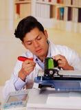Closeupen sköt den unga manliga teknikeren som reparerar den digitala fotokopiatormaskinen Arkivfoto