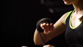 Closeupen som panorerar den färdiga kvinnan som slår in händer med, förbinder bandet som förbereder sig för att boxas utbildnings lager videofilmer