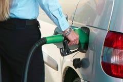 Closeupen tankar bensin i bensinstation royaltyfria foton