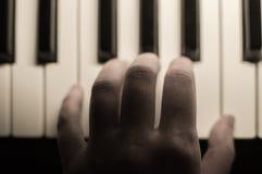 Closeupen tonade det atmosfäriska fotoet av fingrar som spelar pianot tangenter Begrepp: Skapa för musik som komponerar, lyriska  Royaltyfri Foto