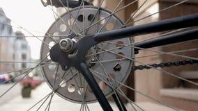 Closeupen tonade längd i fot räknat av snurrhjulet av den gamla cykeln stock video