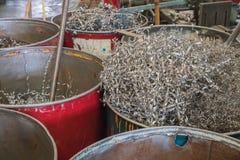 Closeupen vridna spiral stålbranta stupet, återanvänder metall royaltyfri foto