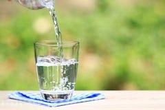 Closeupexponeringsglas av vatten p? tabellnaturbakgrund royaltyfria foton