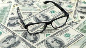 Closeupexponeringsglas på USA 100 hundra bakgrund för dollarräkning eller sedel Arkivfoto