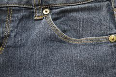 Closeupfack på den blåa grov bomullstvilljean och knappen arkivfoto