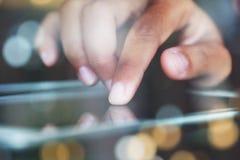 Closeupfinger som trycker på på den elektroniska apparaten för meddelare på ni arkivbilder