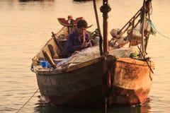 Closeupfiskare Sits i stort fartyg med det olika redskapet Arkivbilder