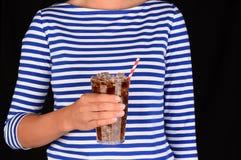 Closeupflicka med kallt exponeringsglas av sodavatten arkivfoto