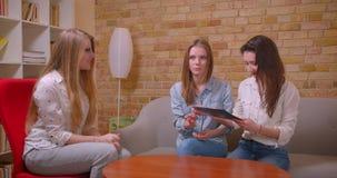 Closeupfors av unga härliga lesbiska par som talar till den kvinnliga fastighetsmäklaren om köp av en lägenhet som skakar händer stock video