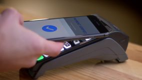 Closeupforsen av en betalningterminal som anv?nds f?r betalning av en app p? telefonen i, shoppar inomhus stock video
