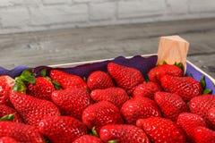 Closeupfoto - ask av jordgubbar från supermarket Royaltyfria Bilder