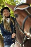 Closeupfoto av den blonda ryttaren och hästen Royaltyfri Fotografi