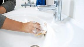 Closeupfoto av den unga kvinnan som applicerar lokalvårdtvättmedel på smutsig badrumvask Royaltyfria Foton