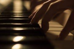 Closeupfoto av en hand som spelar pianotangenterna Begrepp: Skapa för musik som komponerar, lyriska dikter, kapacitet Royaltyfri Fotografi