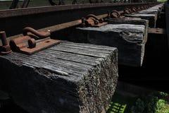 Closeupfoto av kanten av järnvägsspåret royaltyfria bilder