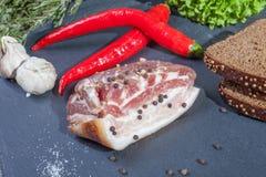 Closeupfoto av rå bacon Arkivbilder