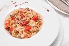Closeupfoto av spagetti med skaldjur och tomaten Royaltyfri Foto