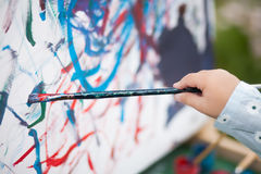 Closeupfoto, barnmålning på staffli Arkivbilder