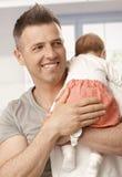 Closeupfotoet av den lyckliga fadern och behandla som ett barn flickan Arkivbild