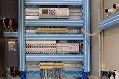 Closeupfotoet av ventilationssystemet öppnade kontrollsovalkovet på väggen av det industriella ventilationsrummet Royaltyfria Foton