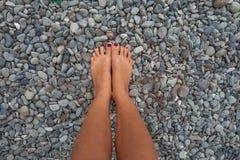Closeupfotoet lägger benen på ryggen den avslappnande stranden för unga flickan Högt detaljerad bildbakgrund Horisontal föreställ Fotografering för Bildbyråer