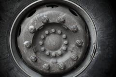 Closeupfototextur av det stora lastbilhjulet Arkivfoton