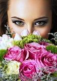 Closeupframsida av den härliga flickan med blommor Royaltyfri Foto