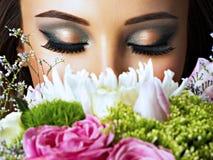 Closeupframsida av den härliga flickan med blommor Arkivfoto
