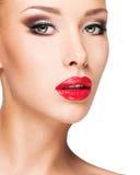 Closeupframsida av en härlig kvinna med brunt smink Royaltyfri Fotografi