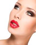 Closeupframsida av en härlig kvinna med brunt smink Arkivfoton