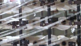 Closeupfungerande snurrmaskin med vita trådspolar arkivfilmer