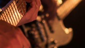 Closeupgitarrist Touches Strings på Finger-bräde i nattstång stock video