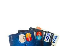 Closeuphög av kreditkortar, visum och MasterCard, kreditering, debitering och elektroniskt Arkivfoto
