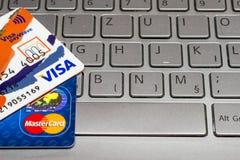 Closeuphög av kreditkortar, visumpayWawe och MasterCard, kreditering, debitering Royaltyfri Bild