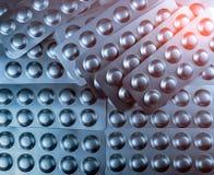 Closeuphögen av minnestavlapiller försilvrar in blåsapacken Begrepp för farmaceutisk bransch global sjukvård Vård- budgeter royaltyfria foton