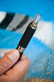 Closeuphand av mannen med e-cigaretten Arkivbild