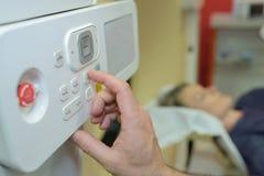 Closeuphand på läkarundersökningstyrning i sjukhus royaltyfria foton