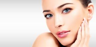 Closeupheadshotstående av en härlig kvinna med skönhetframsidan arkivfoton
