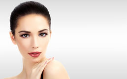 Closeupheadshotstående av en härlig kvinna med skönhetframsidan royaltyfria foton